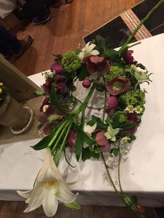 女性を花束の一部に縛り付けた作品(素材のみ)