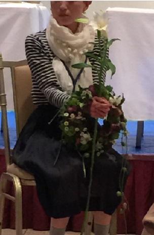 女性を花束の一部として縛り付けた作品