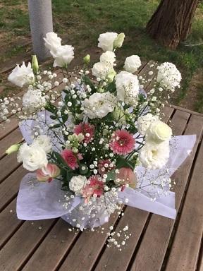 白基調に淡い色を入れた仏花