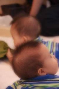 双子の赤ちゃん。そっくり♪
