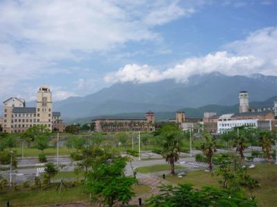 山の麓に位置する広大なキャンパス