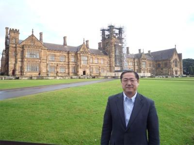 シドニー大学・修復中のメインビルディング前にて.jpg