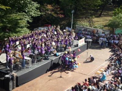 屋外ステージAーパイオニア吹奏楽団の演奏