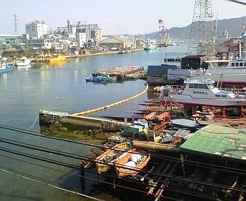 電車内の下関港