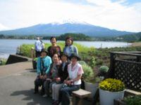 富士山をバックにハイ・・・