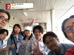 バスターミナルで7人集合写真