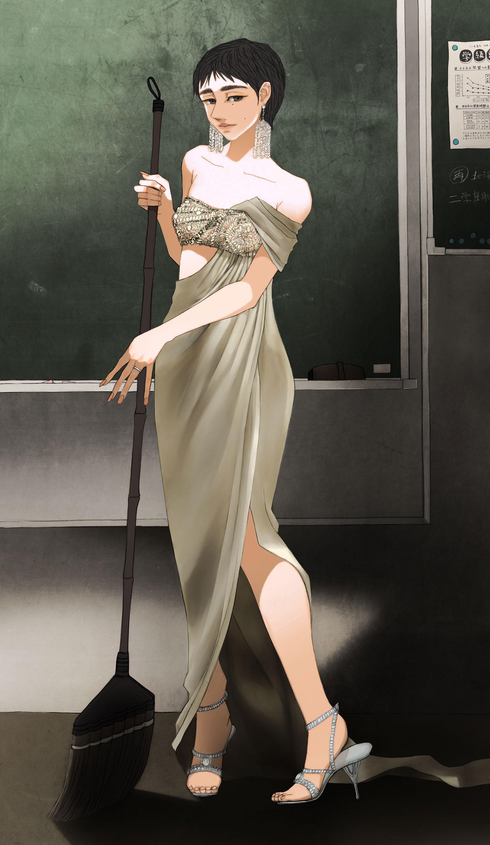 ドレスを着て掃除する女性