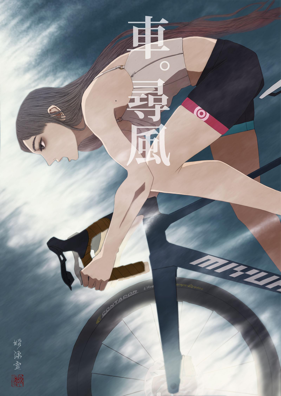 アレキサンダーウォンのコルセットを着て自転車に乗る女性