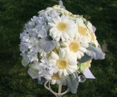 白のガーベラはいつも花嫁様に大人気ですね!!
