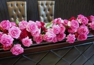 薔薇いっぱいのメインテーブル
