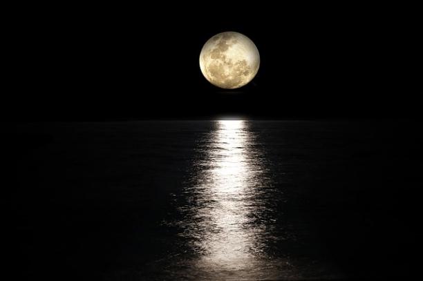 moon-2762111_640_Fotor.jpg