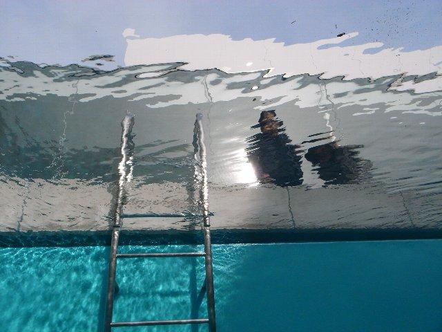 プールの底からこんにちは