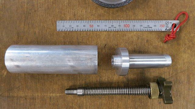 切削前のアルミ塊と切削されたエクステンションチューブとREIS長ネジ