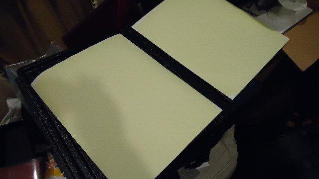 水彩画用紙に薬品を塗布乾燥中