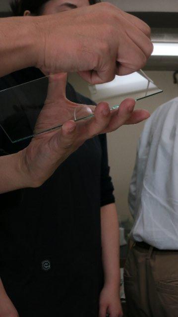 ガラスの角に卵白を塗る