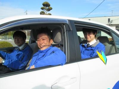 職員と教習車