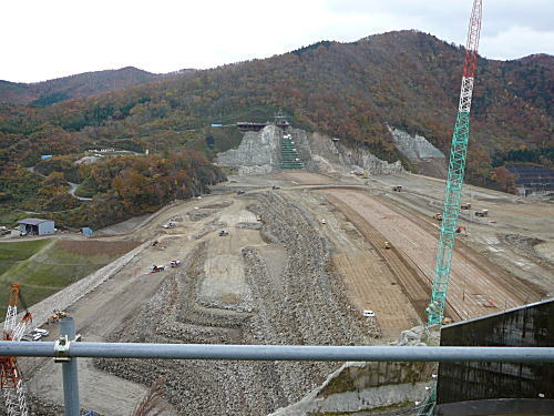ダム建設現場。