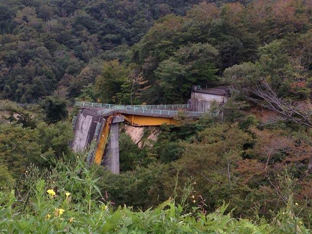 崩落した祭畤大橋。