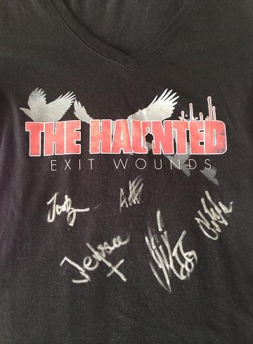サイン入りTシャツ。