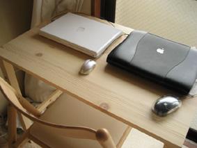 無印良品 パイン材テーブル&椅子 mac置いてみた