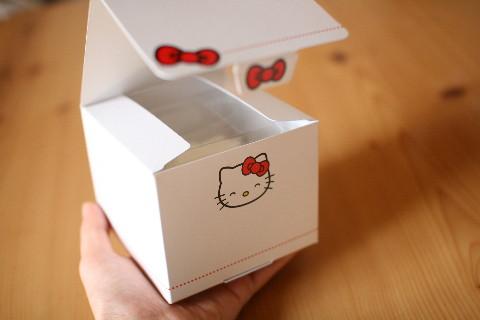 キティーちゃんチーズケーキ箱開けたところ