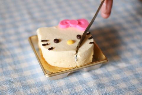キティーちゃんチーズケーキフォークでぶっさす