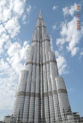 今現在で、世界一高い建物バージ・カリファ。 首が痛くなるくらい高い。160階建てで、てっぺんまで828mあるらしい。