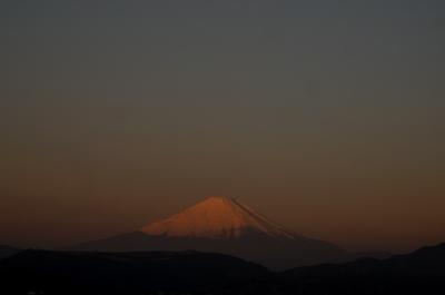 日の出に輝く富士山。。