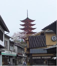 突き当りが五重塔