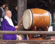 太鼓をたたいておられます