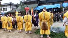 僧侶と山伏が御幣や錫杖の輪で煩悩を祓います