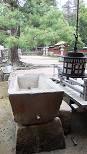 手水鉢:揚水橋の近くにあります