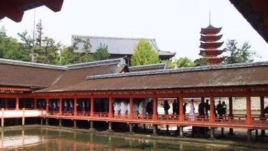 厳島神社の回廊を行道