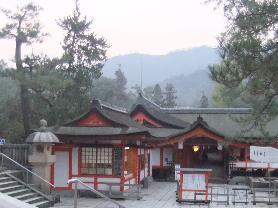 厳島神社の朝6;48です。