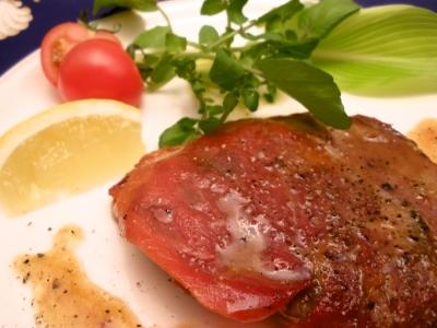 本場ローマではモモ肉ですが、カチョエペペでは柔らかなフィレ肉を使います。セージ、生ハムを重ねて焼き、仕上げはバターと白ワインのソースで!結婚式二次会は福岡の夜景の新名所カチョエペペで!