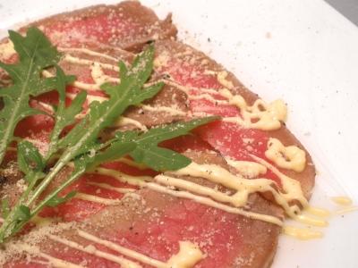 イタリアでカルパッチオは牛肉の料理。薄切りの牛肉にマヨネーズソース。結婚式二次会は福岡の夜景の新名所カチョエペペで!