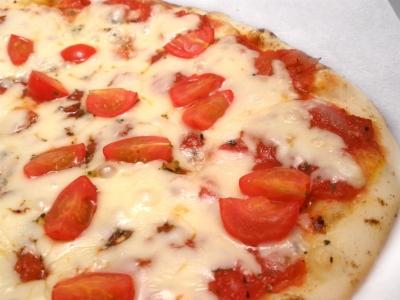 トマトがタップリでフレッシュなピッツア。別名フランコのピッツア。結婚式二次会は福岡の夜景の新名所カチョエペペで!