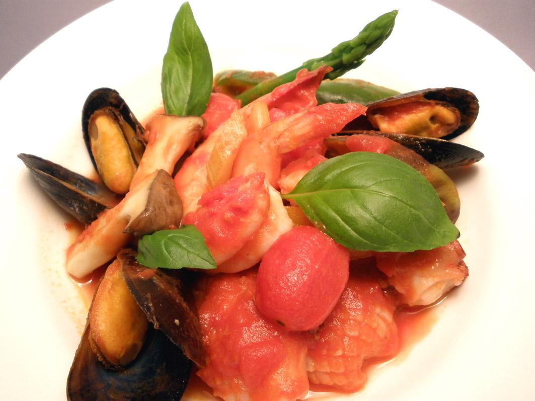 海の幸とトマト、野菜などの煮込みです。白ワインと一緒にどうぞ!結婚式二次会は福岡の夜景の新名所カチョエペペで!