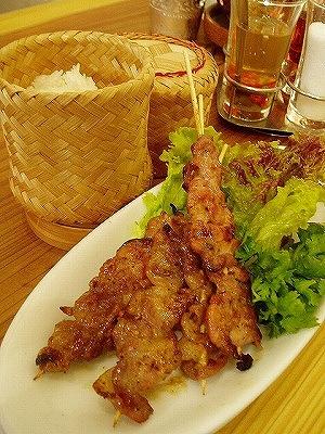 ココナツミルクが香る!『豚の炙り串』 もち米と一緒に食べよう!