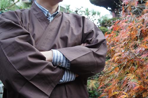 紅葉と茶色の作務衣