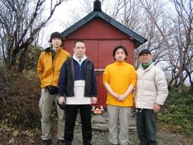 神山の神社前