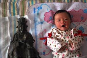西王金母尊像と新生児(女児)