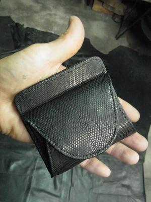 本当に格好良い仕上がりの財布