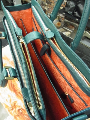 内側の両サイドにファスナーポケットがあり真ん中に仕切りのあるブリーフケース