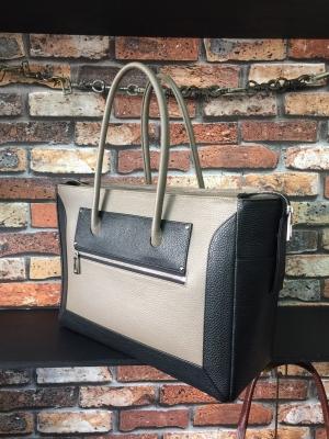 大きめの革のバッグ