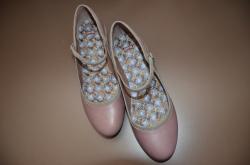 淡いピンクの靴 CAMPER