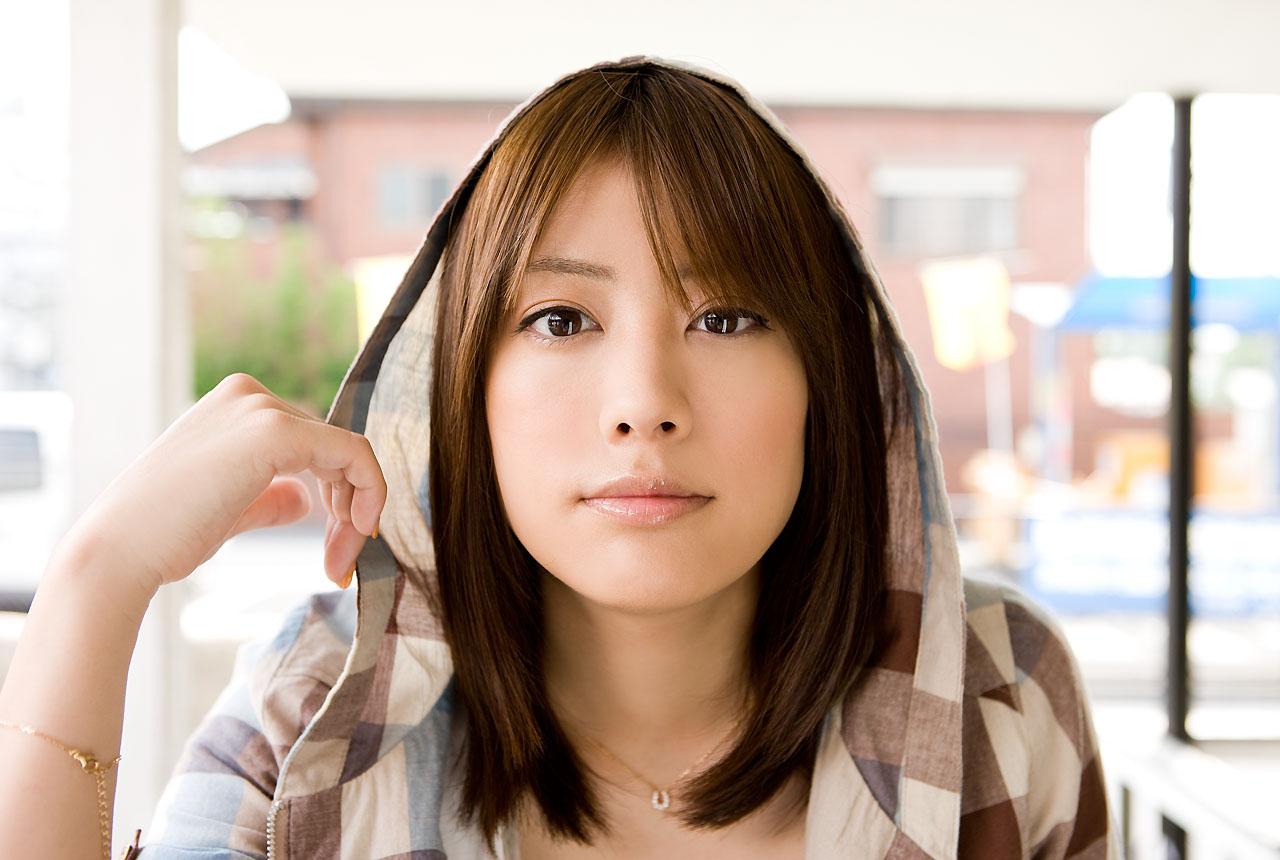 フードをかぶった福田沙紀