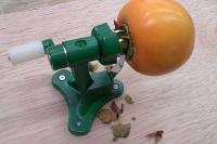 柿皮むき器実演2…「ヘタ取り刃」がヘタを削り取る
