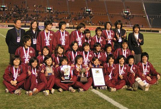 表彰式後の早稲田大学女子部の集合写真。