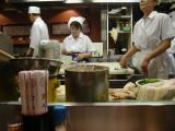 目の前で天ぷらを揚げてくれます